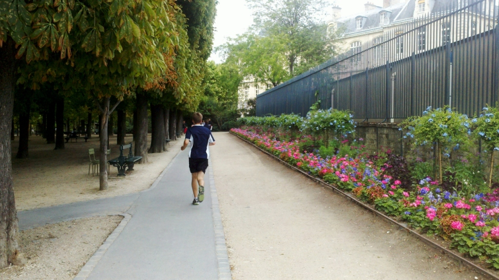 Running the perimeter of Luxembourg Gardens (Photo: Kat B./travelgardeneat)