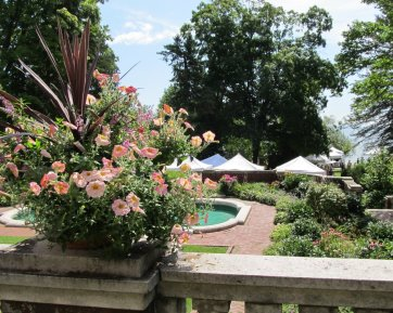 Glensheen's gardens looking toward Lake Superior (Photo: Kat B./travelgardeneat)