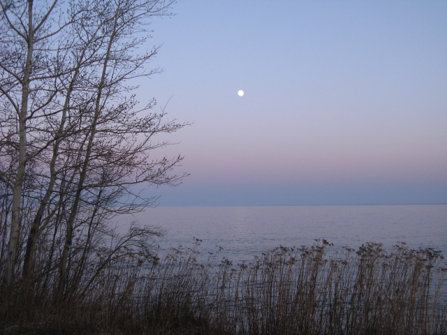 Lake Superior Moonrise (photo: Kat B./travelgardeneat)